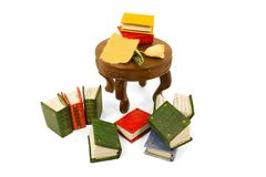 Livros diminutos com papel cor-de-rosa e velho em uma tabela com sombra Imagem de Stock