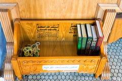 Livros do Corão na mesquita, Carthage, Tunísia imagens de stock royalty free