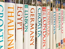 Livros do curso para a venda na prateleira da biblioteca Fotografia de Stock Royalty Free