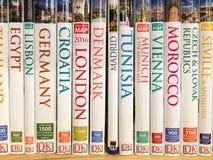 Livros do curso para a venda na prateleira da biblioteca Foto de Stock