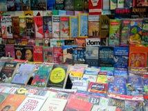 Livros do gênero diferente nas fileiras para a venda Fotografia de Stock Royalty Free