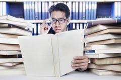 Livros do negócio da leitura foto de stock