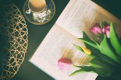 Livros do vintage com o ramalhete do fundo nostálgico do vintage das flores fotos de stock royalty free
