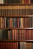Livros do vintage em prateleiras da biblioteca imagem de stock royalty free