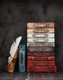 Livros do vintage, manuscritos com selo da cera em uma prateleira fotos de stock royalty free