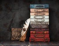 Livros do vintage, manuscritos e um tinteiro antigo fotografia de stock royalty free