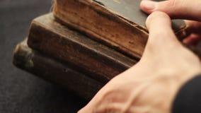 Livros e Bíblia do vintage vídeos de arquivo
