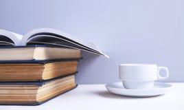 Livros e caf? imagens de stock