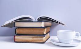 Livros e caf? fotografia de stock royalty free