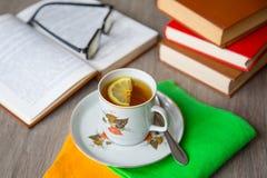 Livros e chá Fotos de Stock Royalty Free