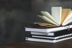 Livros e diários no cinza escuro com espaço da cópia Fotos de Stock Royalty Free