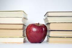 Livros e maçã Fotografia de Stock Royalty Free