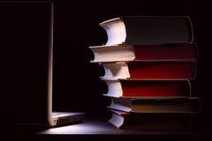Livros e portátil. Conceito da instrução. Fotos de Stock Royalty Free