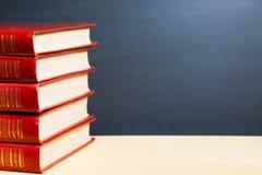 Livros e quadro-negro vermelhos fotografia de stock royalty free