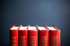 Livros e quadro-negro vermelhos foto de stock royalty free