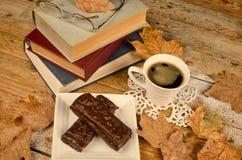 Livros e um petisco Fotos de Stock Royalty Free