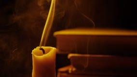 Livros e vela Incêndio e fumo A luz e funde para fora a vela Movimento lento filme