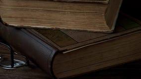 Livros e vidros video estoque