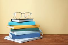 Livros e vidros na tabela contra Fotos de Stock