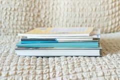 Livros em um claro - fundo amarelo imagens de stock