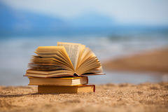 Livros em uma praia Foto de Stock