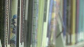 Livros em uma prateleira na biblioteca (1 de 2) filme