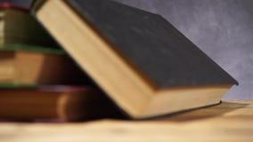Livros em uma tabela de madeira velha vídeos de arquivo