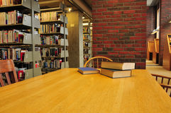 Livros em uma tabela em uma biblioteca Fotos de Stock
