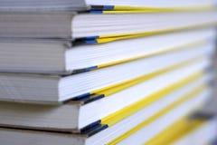 Livros empilhados acima, opinião lateral da borda Fundo de papel, foco seletivo imagem de stock
