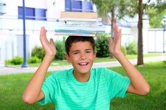 Livros empilhados cabeça da terra arrendada do estudante do adolescente do menino Imagem de Stock Royalty Free