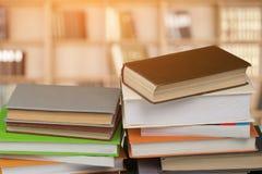Livros empilhados velhos no fundo de madeira Fotografia de Stock