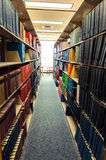 Livros encadernados de couro coloridos em uma biblioteca médica Fotografia de Stock Royalty Free