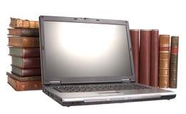 Livros encadernados de couro velhos com um portátil Imagem de Stock