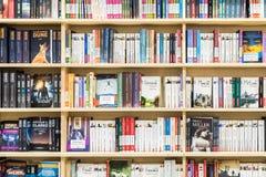 Livros famosos para a venda na prateleira da biblioteca Foto de Stock Royalty Free