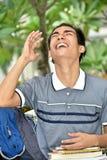 Livros filipinos jovens de And Laughter With do estudante do menino imagens de stock