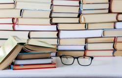 Livros fundo, vidros e livro aberto na tabela de madeira branca imagens de stock royalty free