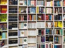 Livros ingleses para a venda na prateleira da biblioteca Imagem de Stock
