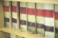 Livros legais da empresa de advocacia fotografia de stock