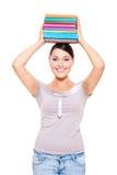 Livros modelo da terra arrendada em sua cabeça Fotos de Stock Royalty Free