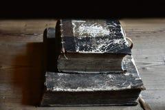 Livros muito velhos com tampa de couro em uma tabela foto de stock