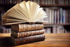Livros na biblioteca imagem de stock