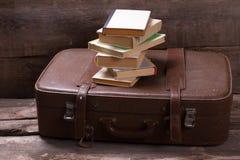 Livros na mala de viagem Fotografia de Stock