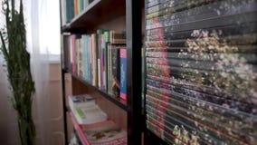 Livros na prateleira Biblioteca escolar video estoque