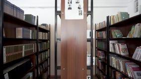 Livros na prateleira Biblioteca escolar vídeos de arquivo
