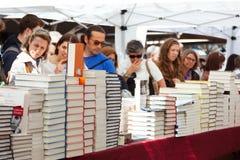 Livros no dia de festa Catalan de St George imagem de stock