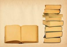 Livros no fundo do grunge Fotos de Stock