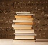 Livros no fundo do vintage com fórmulas da matemática Foto de Stock