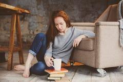 Livros novos da aprendizagem e de leitura da mulher do estudante do readhead fotografia de stock royalty free