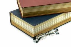 Livros ou a Bíblia velha de texto com monóculos Imagem de Stock