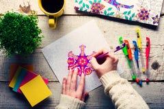 Livros para colorir adultos, tendência nova do alívio de esforço fotografia de stock